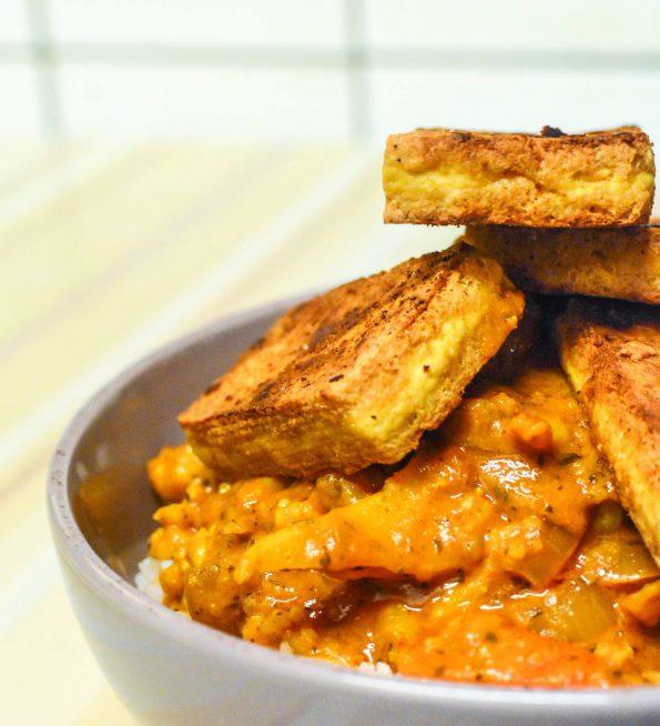 Cauliflower curry with fried tofu